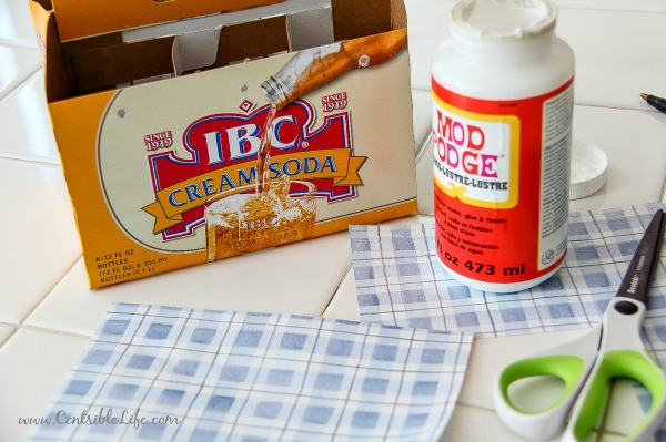 How to make a cardboard picnic caddy for July 4th picnics and backyard celebrations | centsiblelife.com